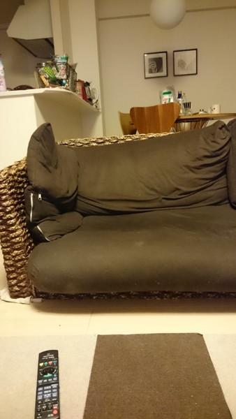 足を外してある我が家のソファ