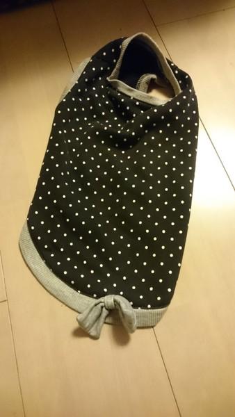 ミニチュアダックスの黒地に白いドット柄の服
