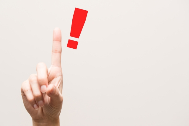 人差し指を立てている 赤いびっくりマーク