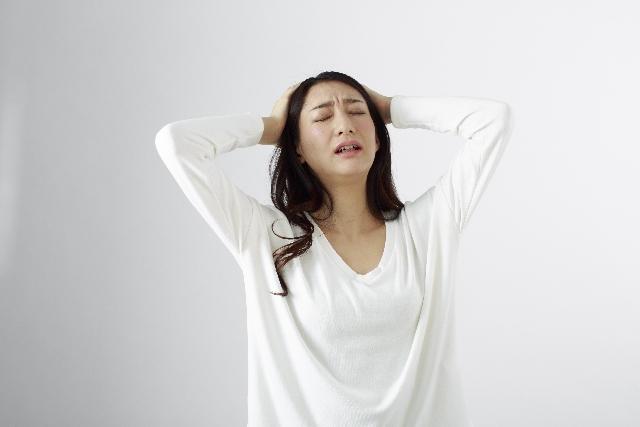 ショックをうける女性