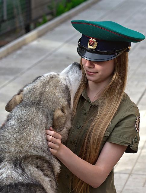 女の子に顔を近づける犬