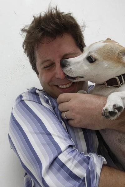 犬を抱きしめる