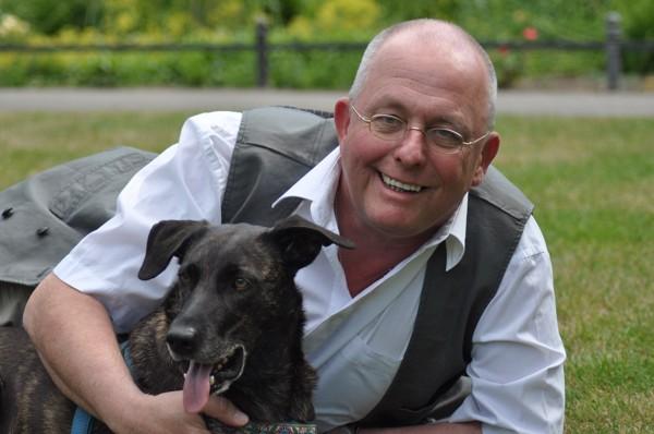 笑顔の高齢男性と犬