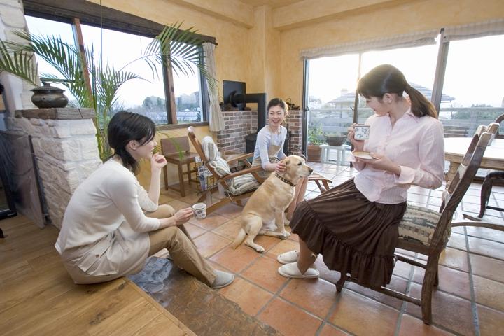 大型犬を囲む女性