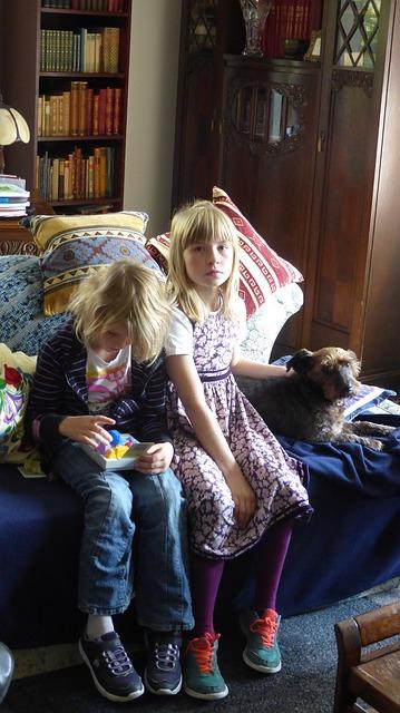 部屋にいる女の子2人と犬