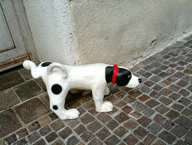 マーキングする犬の人形