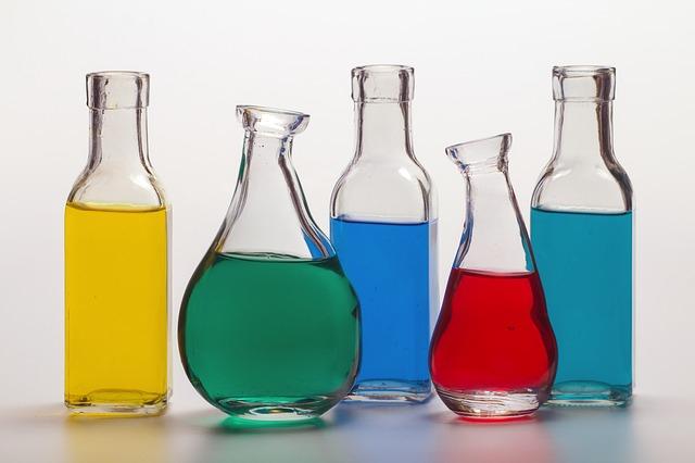 色のついた水が入ったボトル