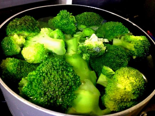 お鍋で茹でているブロッコリー