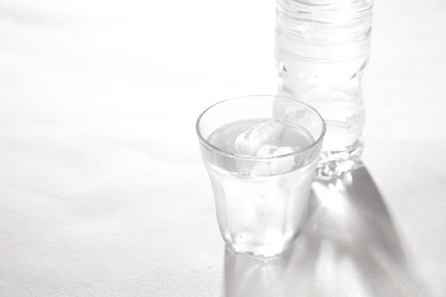 コップとペットボトルの水