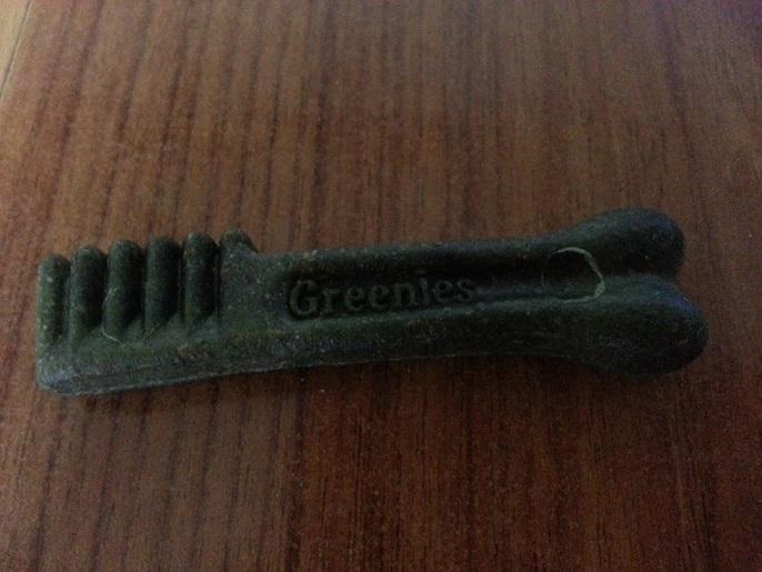 ユニークな緑の歯ブラシ型