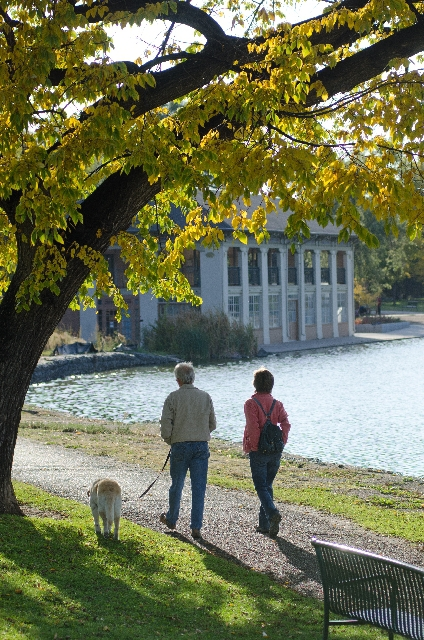 水辺散歩する家族