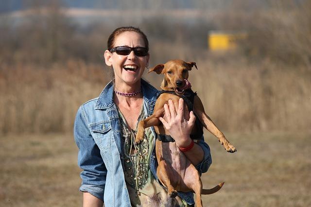 笑う人と犬