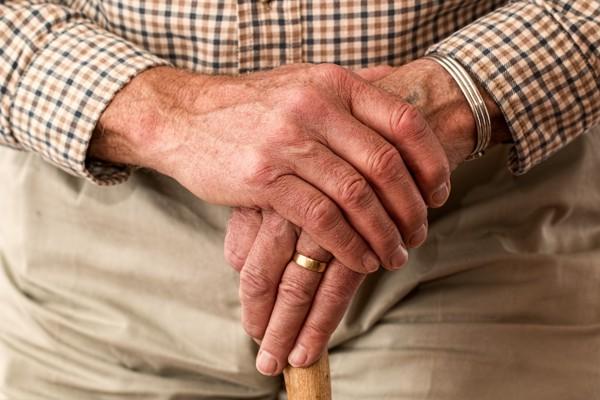 杖を持つ老人の手