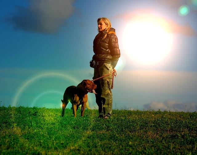 胸を張る女性と犬