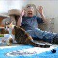 おじさんもお手上げ!1匹の子猫が驚いてジャンプしたらみんなパニック…