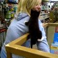 ペットショップの子猫ちゃん、上手いこと脱走を試みる
