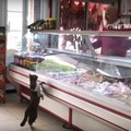 お肉屋さんで買い物をする猫!?