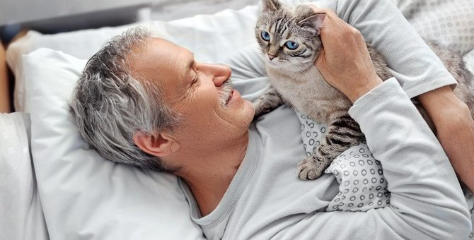 猫が『寝ている飼い主の上に乗ってくる』理由3選!愛猫の気持ちを汲んだ対応方法とは?