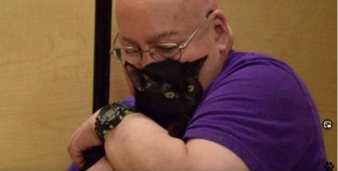 飼い主の危機を悟った黒猫…心温まる恩返しに感動!