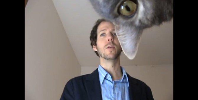 飼い主が演説の練習中、「ぬっ」と現れた猫ちゃん