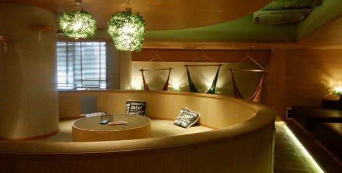 東京・新宿のネコカフェ「モカラウンジ新宿」は広々寛げる空間