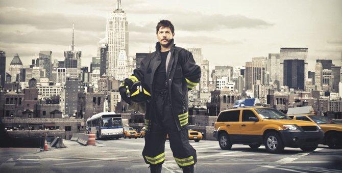 【米シカゴ】絶対絶命!扉に挟まれた猫を「心優しい消防士達」が緊急レスキュー!