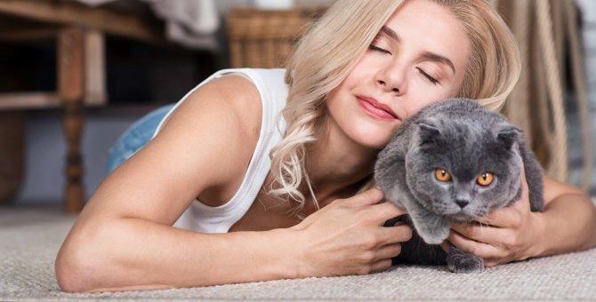 猫がドン引きしている『飼い主のおせっかい行動』5選