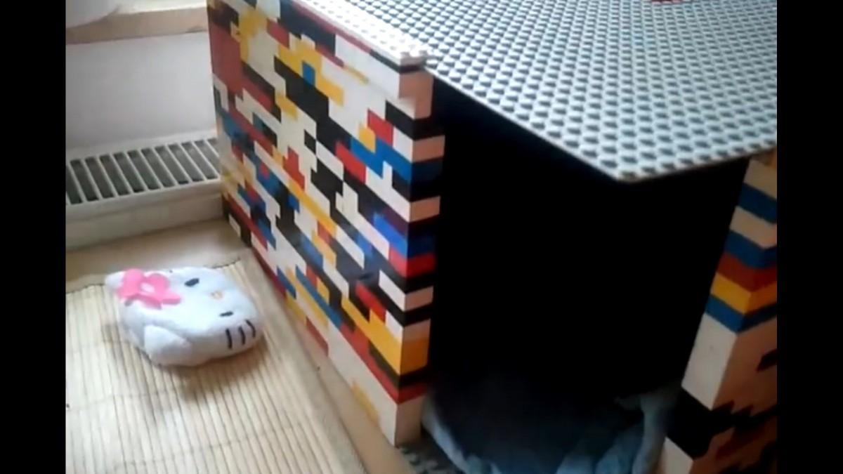 うっかり踏むと痛いアレ、レゴで作った猫ハウス