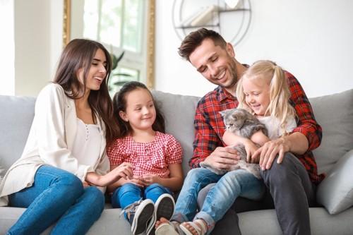 仲良し家族と猫