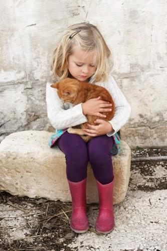 悲しそうな少女と猫