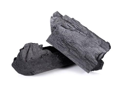 重ねて置かれた炭