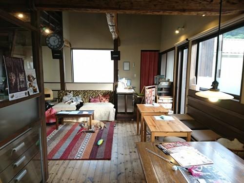 広々とした明るいカフェスペース