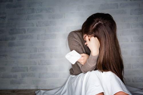座って泣いている女性