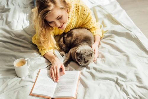 読書中の女性と猫