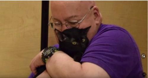 黒猫と男性