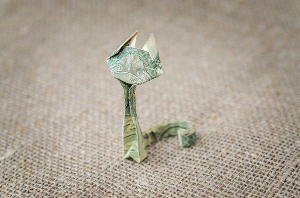 お札で折られた紙の猫