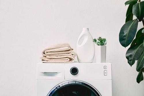 洗濯機の上に乗っている洗剤とタオル