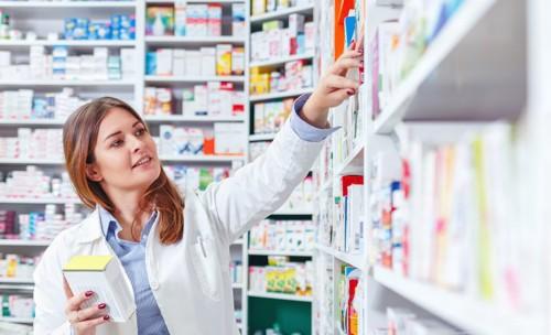 薬局で薬を選ぶ女性