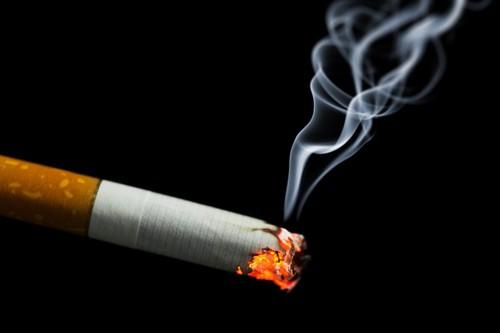日のついたタバコ