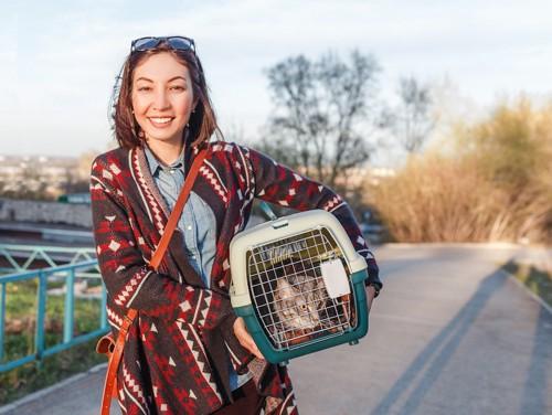 猫の入ったキャリーを持つ女性