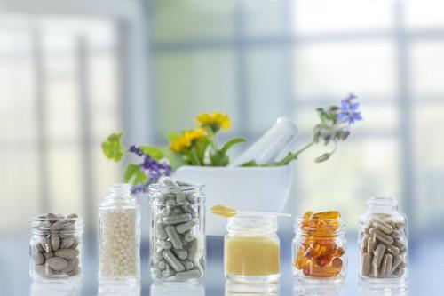 瓶に入った様々な種類のサプリメント