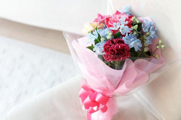椅子の上の花束