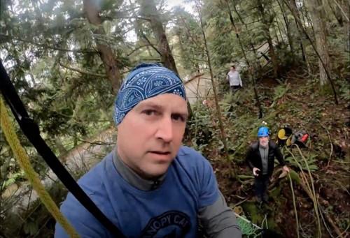木に登る準備をするショーン