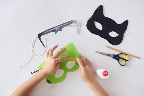 猫のお面を作るシーン