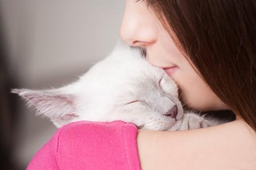 猫を溺愛している女性