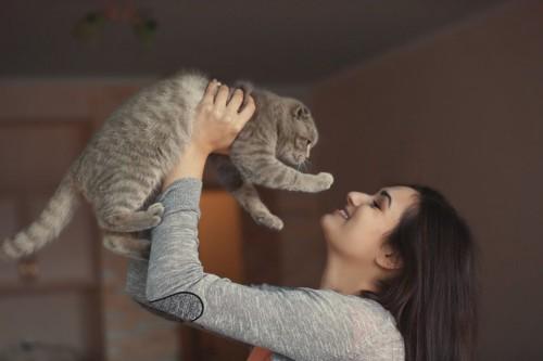 猫の目を見る女性