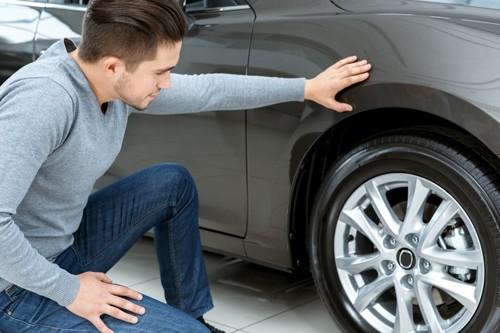 車を点検する人