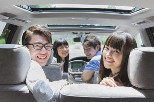車内の若者たち