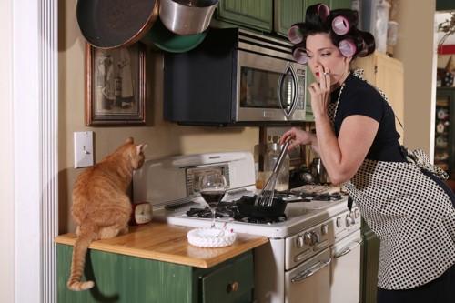 タバコを吸う女性と猫