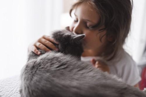 猫にキスする人